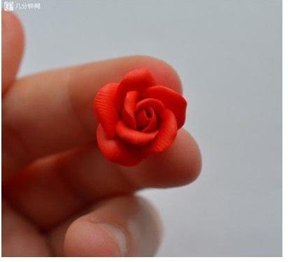 Nặn những bông hồng đỏ nhỏ xinh