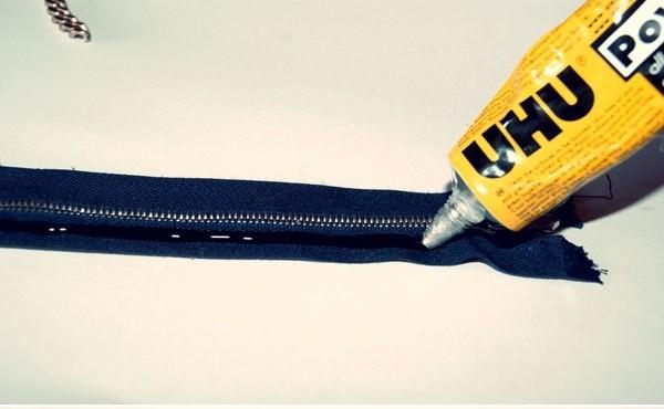 Phết keo dán dọc hai mép của dây khóa.